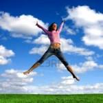 1397939-feliz-joven-hermosa-muchacha-saltando-a-la-zona-verde